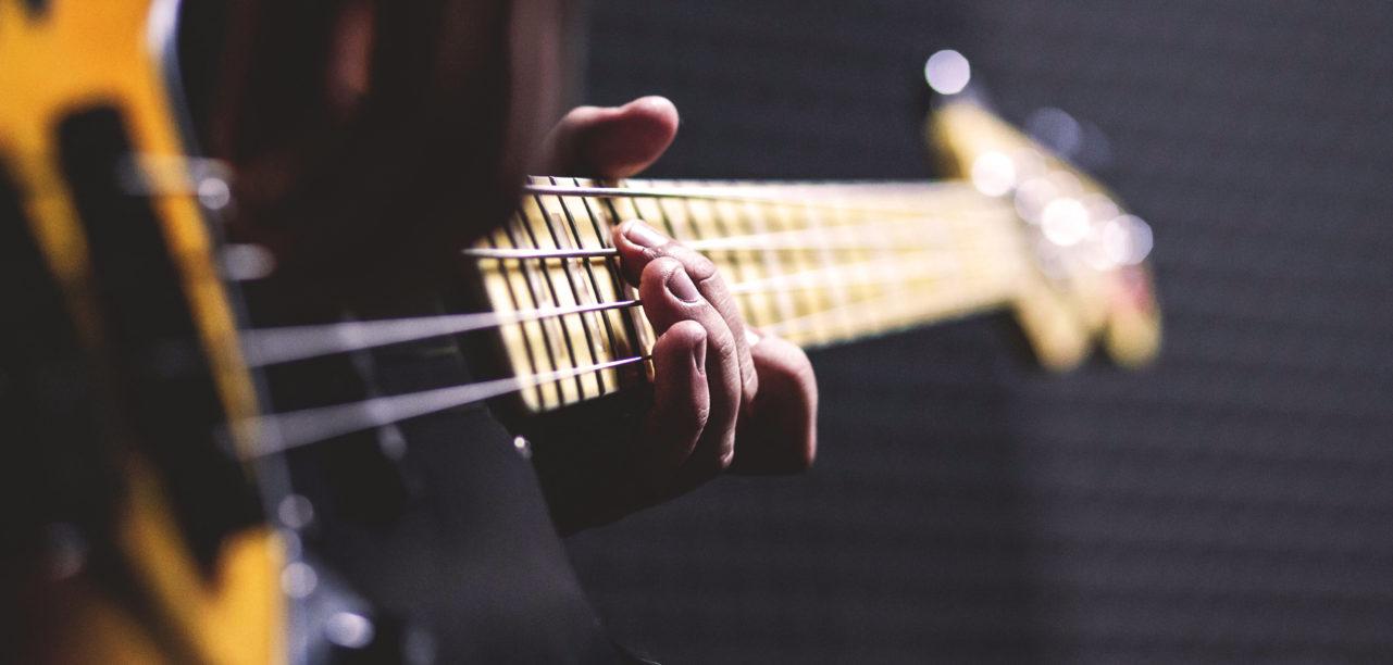 nhập khẩu đàn guitar