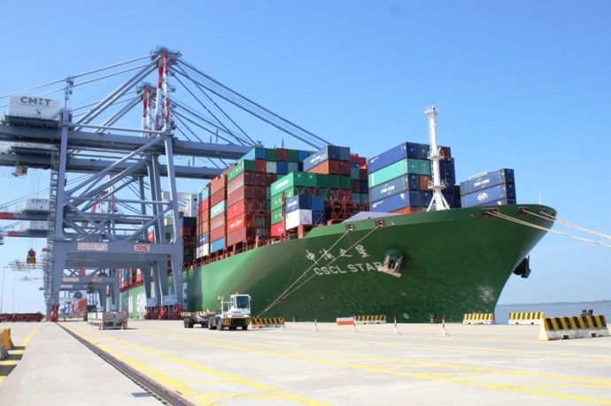 thủ tục chuyển cảng hàng hóa