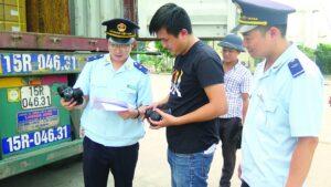 Công chức Chi cục Hải quan KCN Bắc Thăng Long kiểm tra hàng hóa XNK